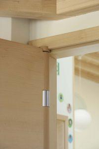 näpukaitse on koostöös arhitektidega välja töötatud ukse hingedesüsteemi funktsioon, mis välistab näppude ukse vahele jäämise. Simonswerk integreeritud näpukaitse süsteemiga uksehing.